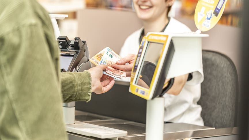 An der dm-Kasse ist es nun möglich ohne Mindestbetrag mit der girocard bis zu 200 Euro gebührenfrei abzuheben.