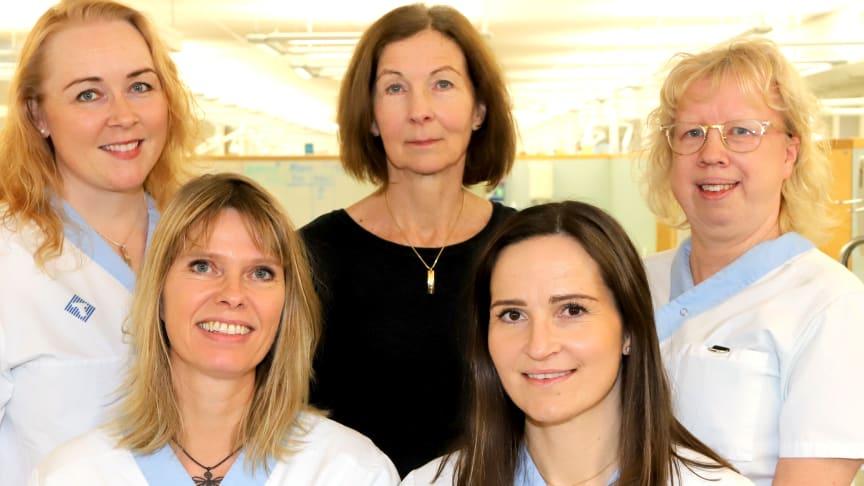 Övre raden från vänster: Karin Lidvall, utbildningsledare, Ulrika Funegård Hellsing, ordförande i ledningsgruppen, Åsa Eriksson, klinisk lärare. Nedre raden från vänster: Ann-Marie Nestander Andersson, klinisk lärare och Sara Hägglund, huvudlärare.