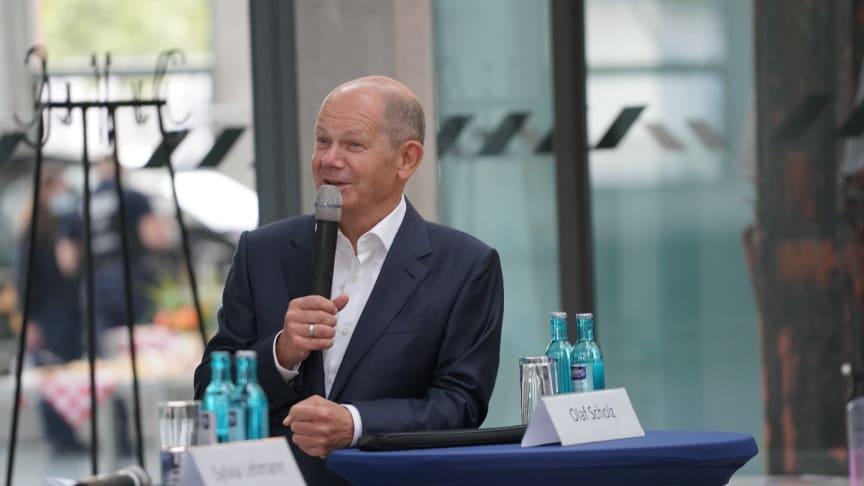 Bundesminister Olaf Scholz imformiert sich bei Besuch über Biotech-Start-Up BIOMES der TH Wildau