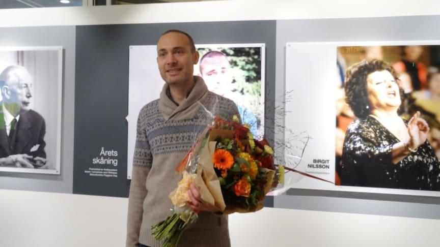 Jesper Rönndahl vid avtäckningen av sitt porträtt på Malmö Airport. Foto: Göran Hansson