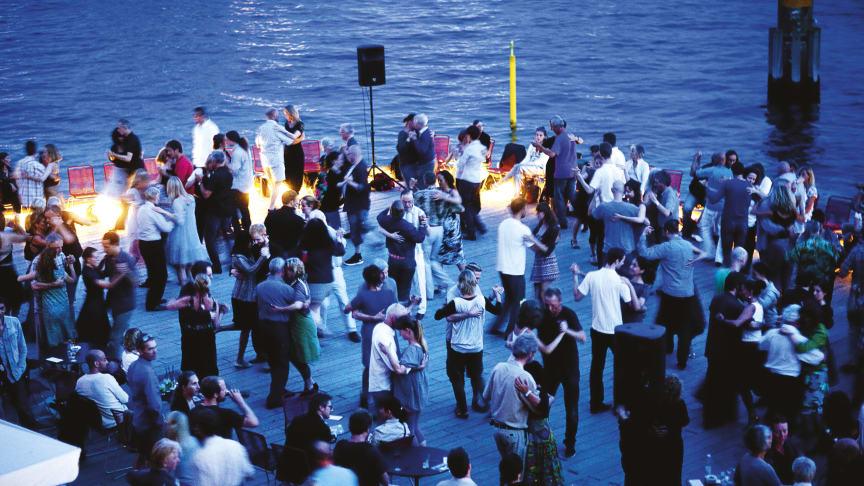Hele to repræsentanter fra Unescos verdens-kulturarvliste - tangoen og Kronborg - mødes, når der er gratis Tango på Kajen foran Kronborg i Helsingør lørdag den 28. august. Foto: Ditte Valente M2Tango