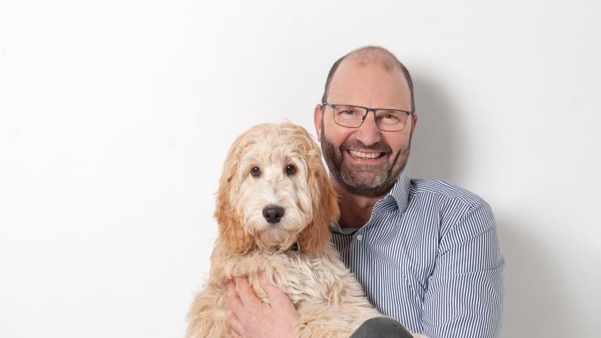 Wird neuer Franchisepartner der Fressnapf-Gruppe: Jürgen Grohs mit seinem Hund (Foto: privat)
