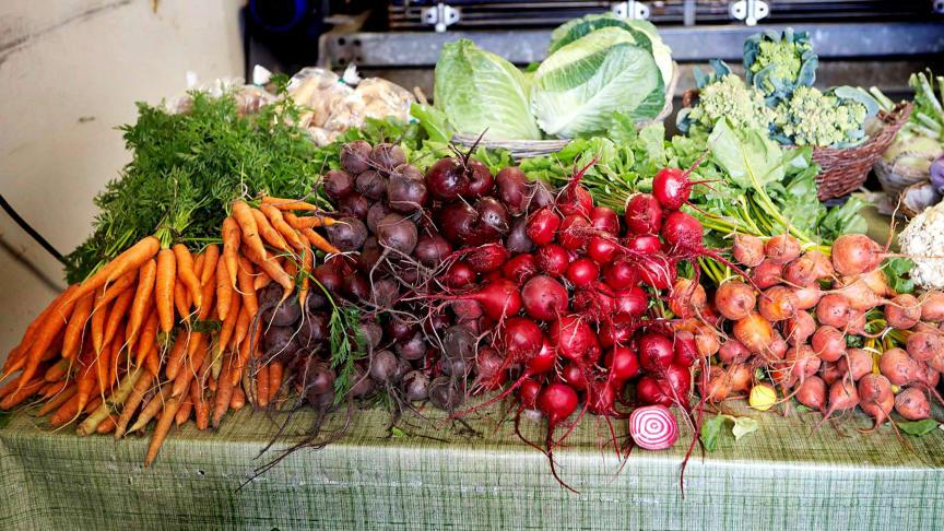 Färska grönsaker från Mariebergs gård, en av Kungsbackas lokala gårdar som medverkar på höstfestens marknad. Mariebergs gård är den största pepparrotsodlaren som finns kvar i norra Halland. Pepparrot är temat för årets höstfest.