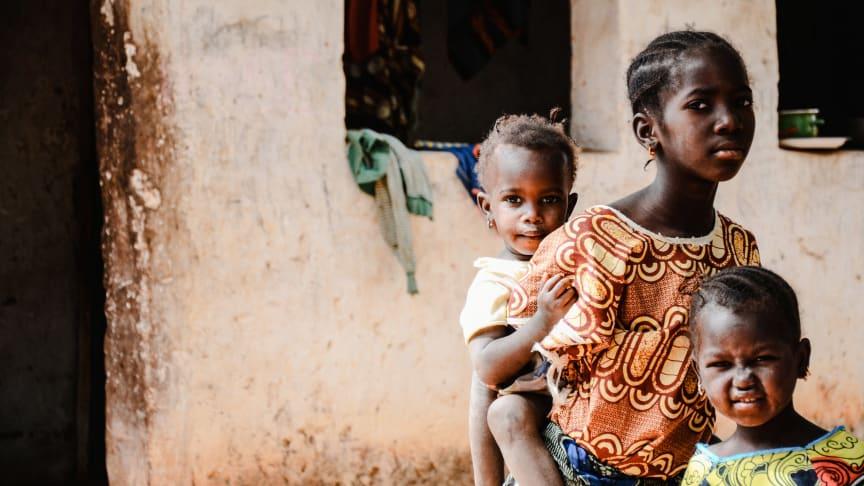SOS-Kinderdörfer fordern, dass die internationale Staatengemeinschaft dringend die Belange der ärmsten Kinder (wie hier in Gambia) berücksichtigen muss. Foto: Claire Ladavicius