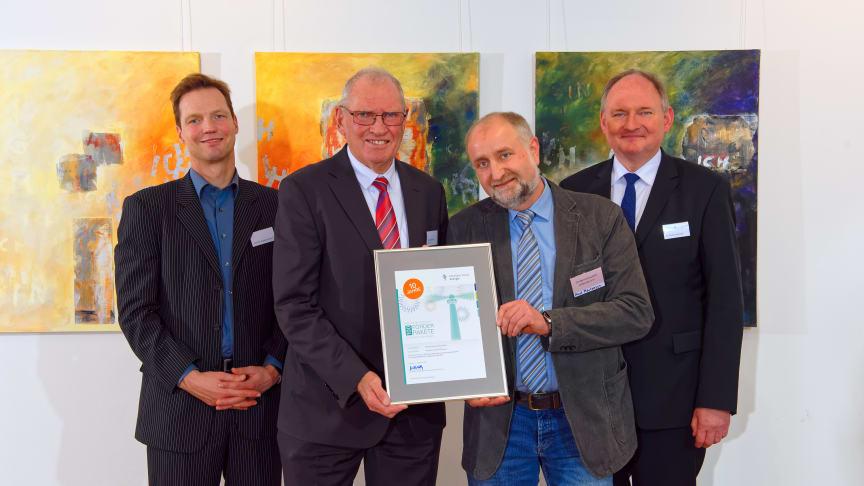 Leuchturmprojekt 2018 Dorfgemeinschaft Ottensen (v. l.): Jurymitglied Prof. Dr. Sebastian Braun, Hans- Otto Blume, Horst Martensen und Dr. Stephan Nahrath, Geschäftsführer Westfalen Weser Energie.