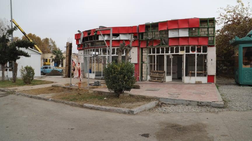 En av affärerna som skadades i en attack i Berde/Azerbajdzjanutförd av armeniska styrkor och där klustervapen användes. 21 civila som befann sig i närheten dog.
