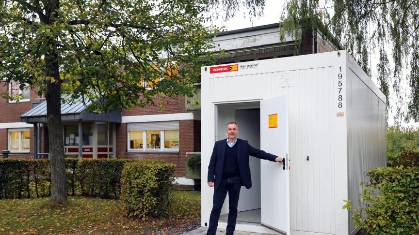 EIn Container dient als zusätzliches Wartezimmer für die Psychiatrische Institutsambulanz der Hephata-Klinik, hier im Bild Klinik-Geschäftsführer Alexander Stein.