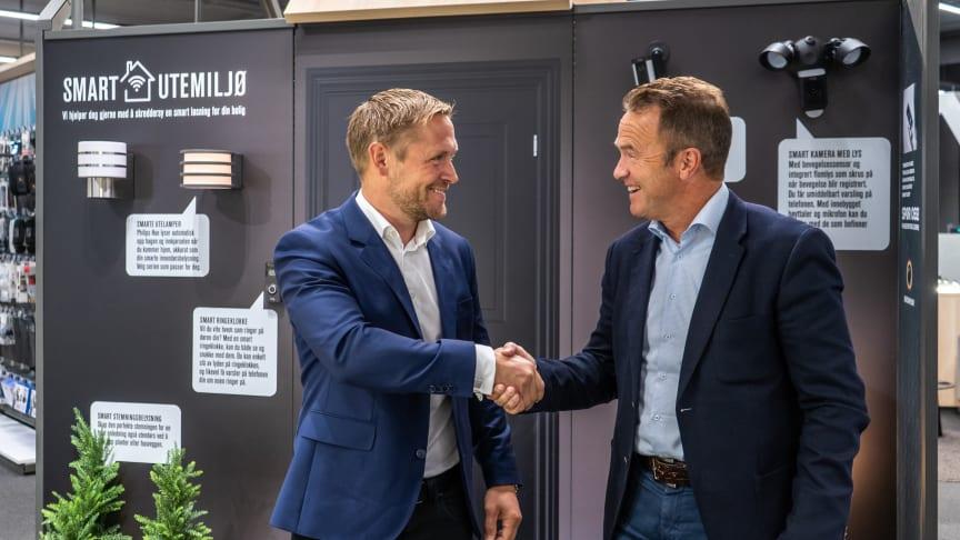 Andreas Westgaard, ansvarlig for smarte hjem i Elkjøp Nordic, og Tom Scharning, CEO i Datek er godt fornøyde med avtalen.