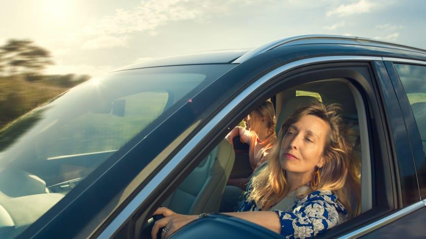 Alla har vi en stund i bilen ibland, när vi höjer volymen och njuter av tillvaron lite extra. Den känslan tar Kvdbil fasta på med sitt nya kommunikationskoncept Cruisa mer, krångla mindre.