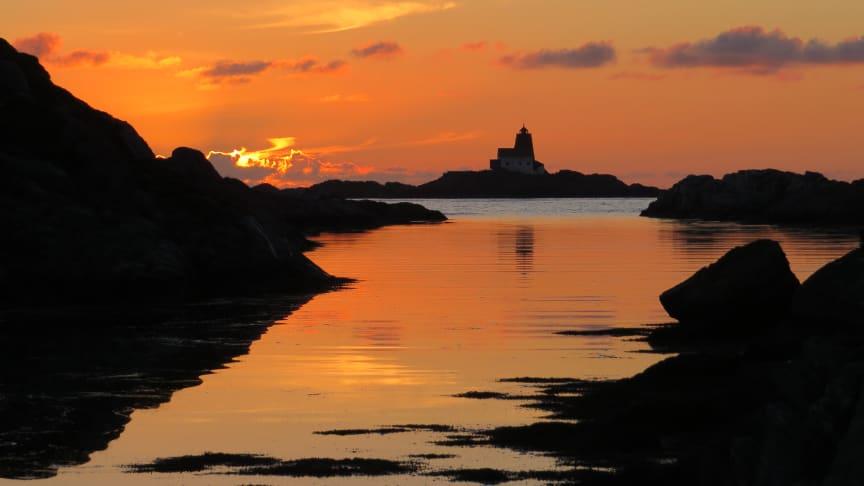 Røværholmen Fyr i solnedgang. Foto: Ravnafloke