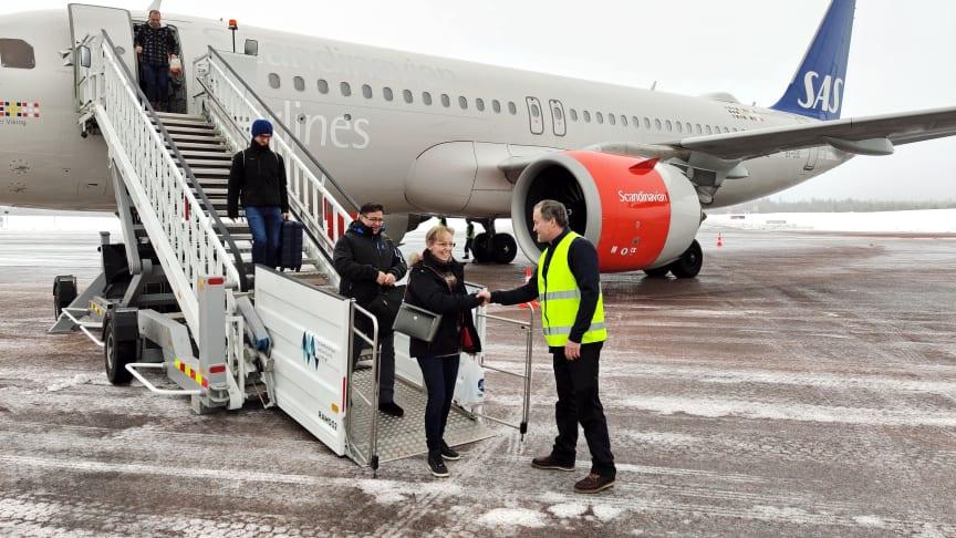 VD Gunnar Lenman hälsar den första passageraren från London välkommen till Sverige och Scandinavian Mountains Airport.