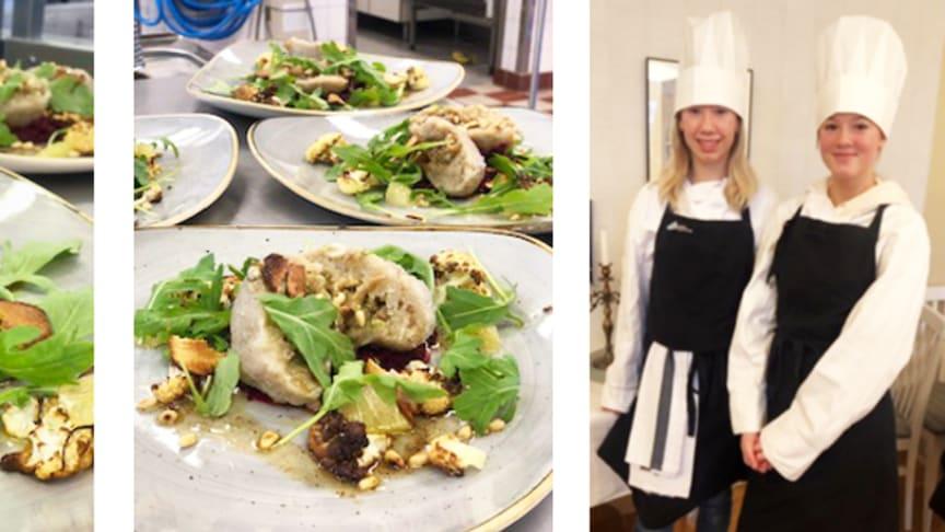 Silvermedaljörerna Moa och Alva från Pitholmsskolan i Piteå är gästkockar på restaurang Herrgården, Strömbackaskolan.