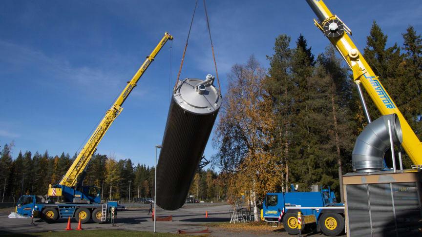 Den nya dubbelställda silon väger cirka 15 ton och är 16 meter hög. Foto Mariann Holmberg / Norrmejerier
