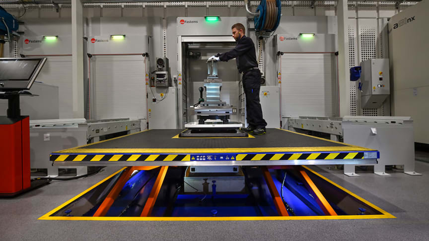 Den unikt framtagna arbetsplattformen förbättrar ergonomin och produktiviteten på Emhart Glass produktionslina.