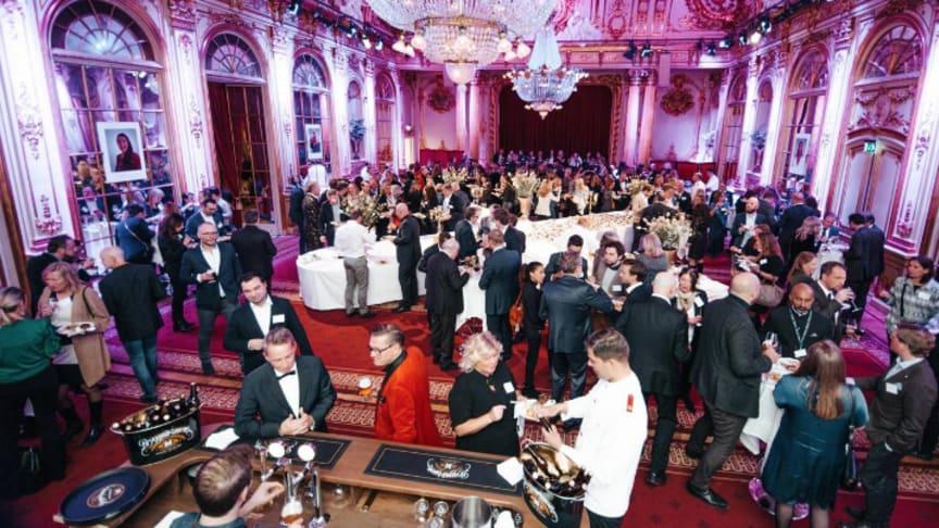 Glada vinnare och gäster minglar vid Grand Travel Award 2019. Foto: Liisa Eelsoo