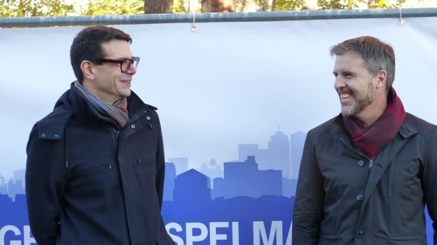 """Elias Aguierre och Anders Stjärnberg förbereder sig inför """"första spadtaget"""" för HSB brf Spelmannen."""