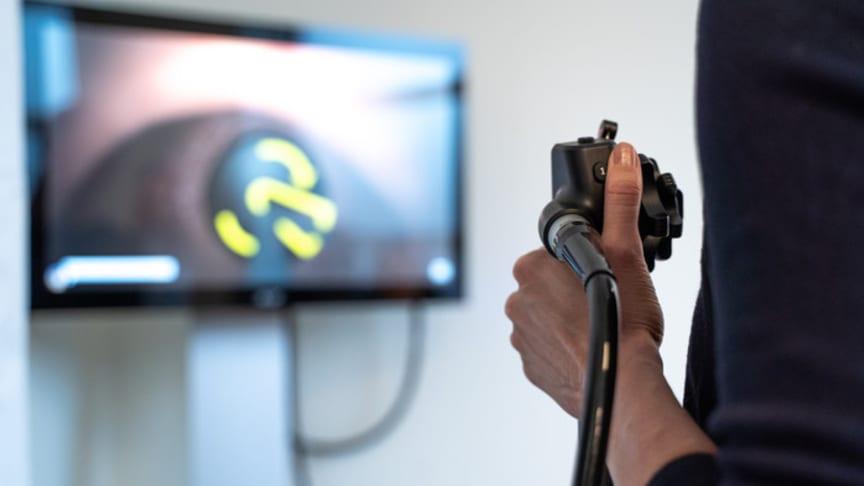 Studenterna får testa på att göra endoskopiundersökningar i en simulator vilket gör dem säkrare.