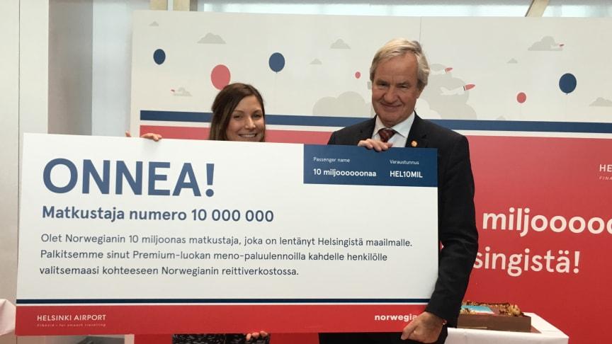 Norwegians VD Bjørn Kjos på Helsingfors-Vanda flygplats tillsammans med passagerare nummer 10 000 000