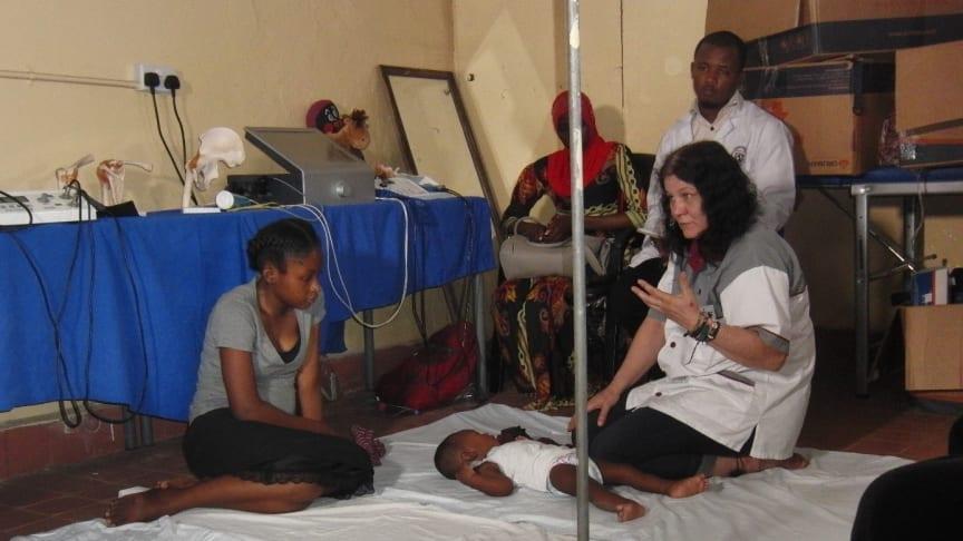 Die Osnabrücker Osteopathin Hildegard Winkler bietet im westafrikanischen Gambia osteopathische Diagnostik und Behandlung an.