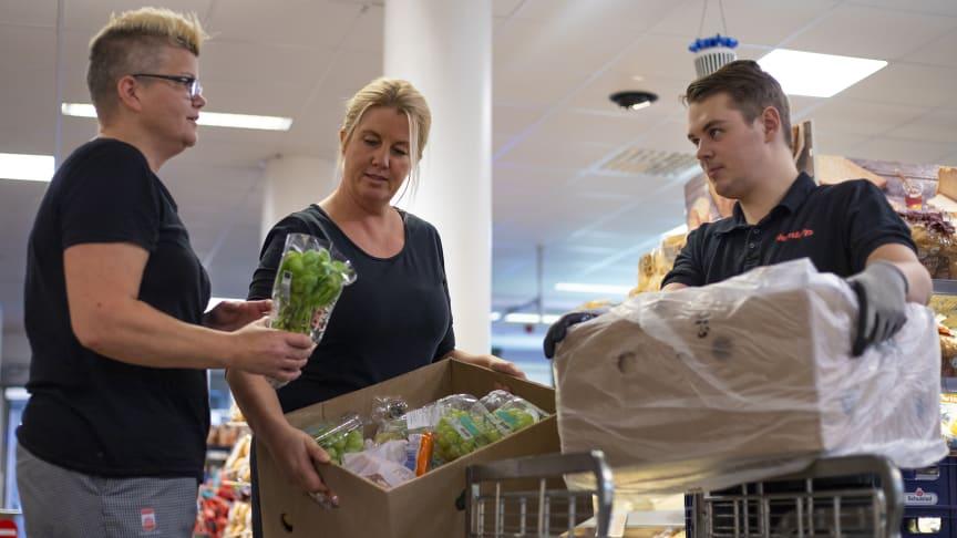 Heidi Persson och Anna Svensson hämtar den räddade maten i butiken varje morgon. Mikael Liljedahl plockar ihop och packar.