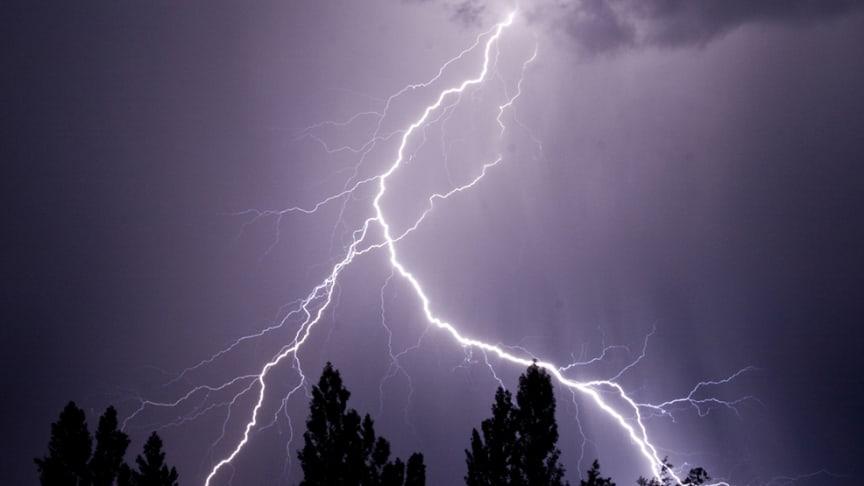 Kortslutningar, överslag i elnät och blixtnedslag är vanligaste brandorsakerna