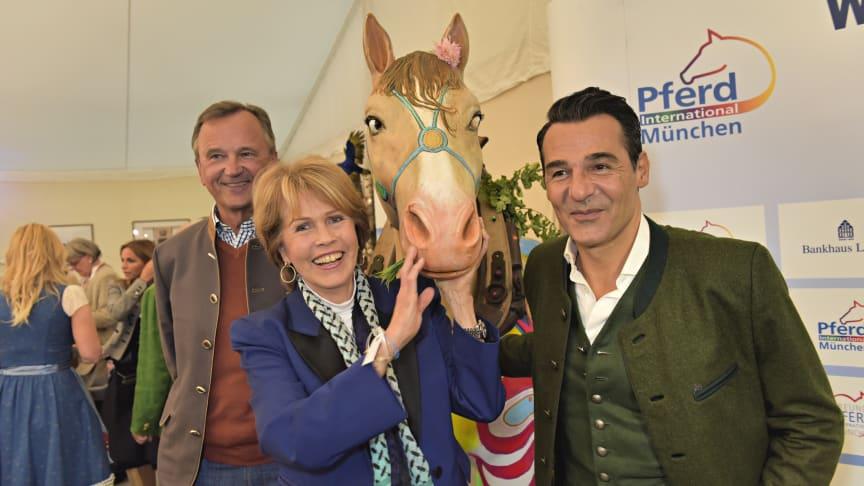 Christa Maar und Erol Sander mit dem Pferde-Kunstwerk von Bernhard Prinz. Foto: Goldberg Images