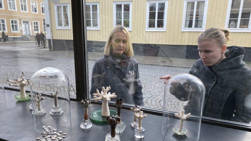 Förbigående bjuds på konsten från Arkitektbolagets fönster.