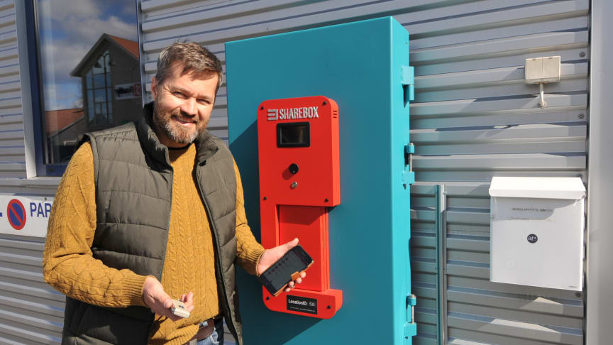 Arne Eivind Andersen, CEO i Sharebox, in front of the new insurance approved key exchange cabinet installed at a Skoda/Nissan dealer in Norway