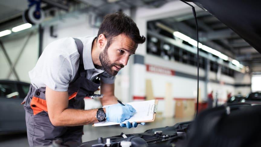 Mechaniker prüft Zustand des Fahrzeugs
