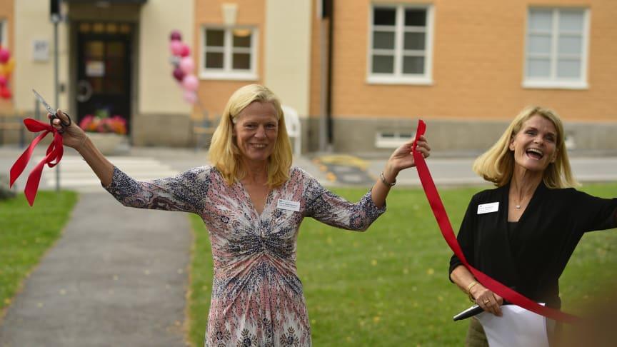 Idag invigde logopedkliniken sitt nyrenoverade, helt egna hus på Danderyds sjukhus. Här klipps banden av vd Yvonne Haglund Åkerlind och verksamhetschef Helén Norström. Foto: Anders Hellblom.