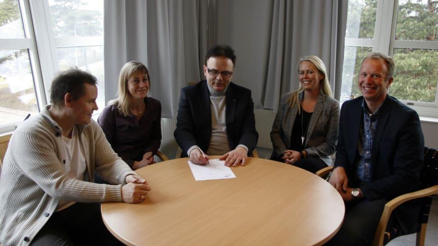 Rektor Martin Hellström skriver under KK-miljöansökan omgiven av den operativa ledningen  bestående av Thomas Winman, Liselott Lycke, Helena Källström och Lennart Malmsköld.
