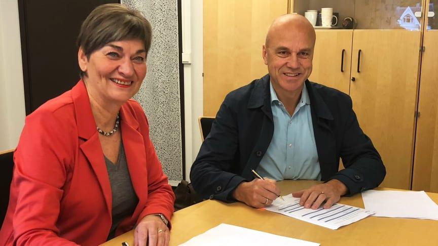 Ordførar i Fjord kommune, Eva Hove, og konsernsjef i TAFJORD, Erik Espeset, signerte i dag avtalen som vil gje alle innbyggjarane i kommunen tilgang til fiberbreiband innan mars 2022.
