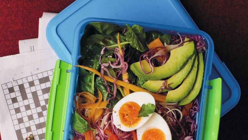 En härlig matlåda fylld av hälsosamma fytonäringsämnen. Här finns rödkålgroddar  och morot, svenskodlat så här års med tillägg av  avokado, paprika, spenat, ägg och pumpa som kan bytas mor kålrot.