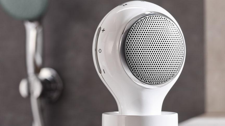 Den vanntette Bluetooth-høytaleren Aquatunes kan enkelt festes på dusjstangen.