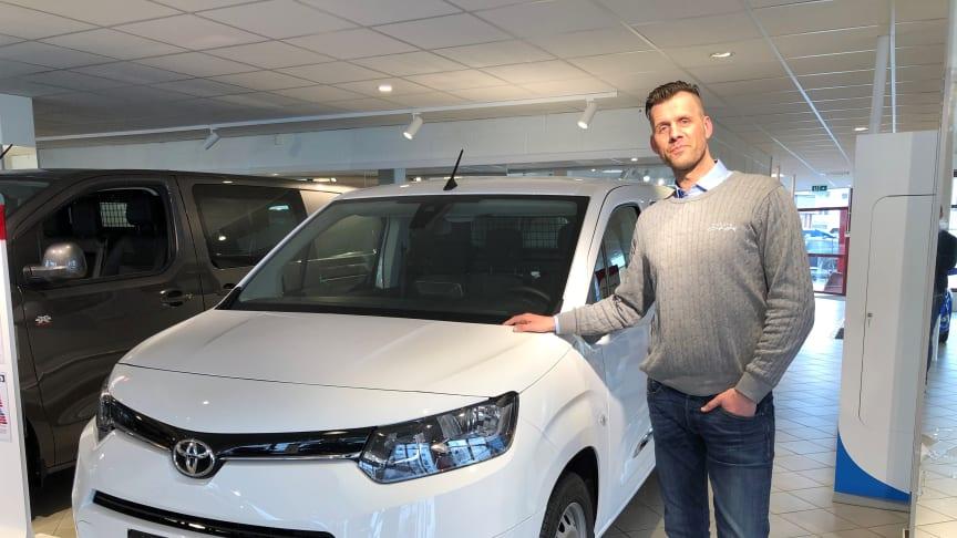 Toyotas hybridbiler er svært ettertraktede i markedet, sier Trond Hardy, bilselger hos Nordvik Toyota i Lofoten. Foto: Nordvik AS.