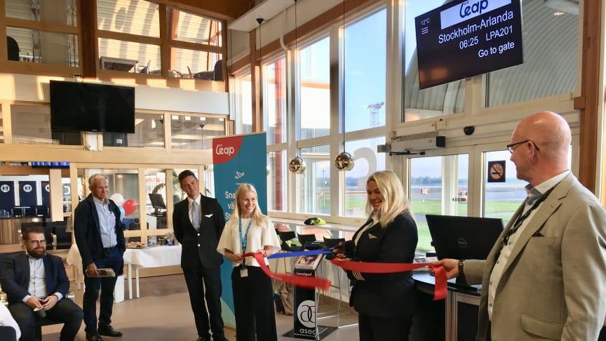 Air Leaps flygkapten Maria Hagberg klipper bandet och inviger den nya flyglinjen mellan Jönköping och Stockholm-Arlanda