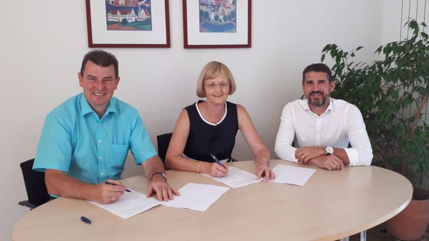 Bürgermeister Günter Gamisch (l.) und Ursula Jekelius (M.), Leiterin für Kommunen und Kooperationen in Oberbayern beim Bayernwerk, unterzeichnen im Beisein von Bayernwerk-Kommunalbetreuer Josef Bestle (r.) den neuen Konzessionsvertrag.