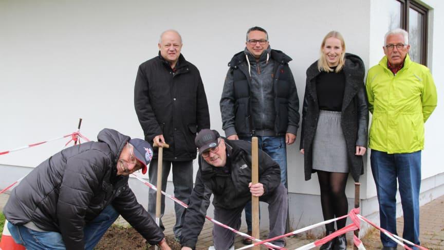 Hier kommt sie hin die Pumpe (v. l.): Heinz Hartung, Günter Nitschak, H. G. Wenzel, Matthias Bergmann (alle FC Blau-Weiß Weser), Leonie Riekschnietz, Kommunalreferentin WWN, und Bernd Hake, FC Blau-Weiß Weser.