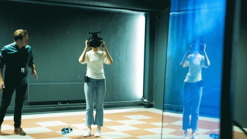 En av studentene i delegasjonen fra Korea under demonstrasjon av VR i Trainors VR-studio. Foto: Trainor AS