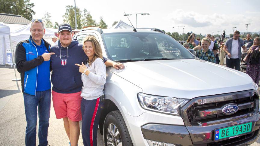 VINNEREN: Her står Thomas Kristiansen i midten foran en nye Ford Ranger pickup han skal kjøre det neste halvåret. Sammen med han er Hest360-gründer Märtha Louise og administrerende direktør i Ford Motor Norge, Per Gunnar Berg.