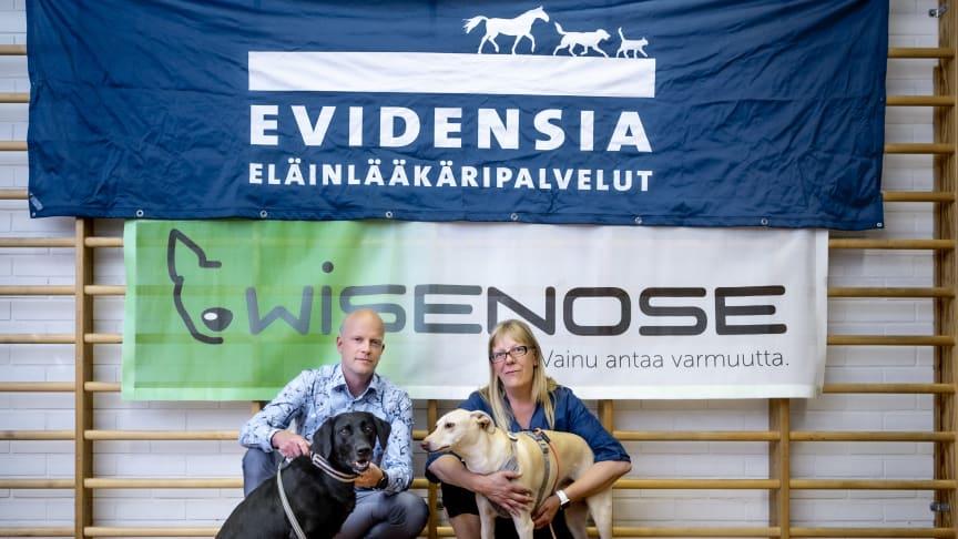 Anssi Tast og Susanna Paavilainen med hundene Miina og Kössi. Foto: Kari Pullinen