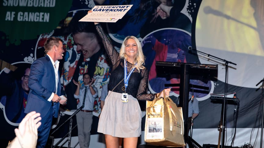 Henriette Bak Østergaard vandt prisen som årets elev i JYSK og blev hyldet på scenen af alle sine kolleger.