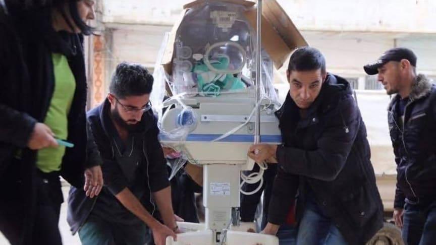 Sjukvårdsutrustning bärs in till ett sjukhus i staden Hasaka, Syrien. Hit söker sig många flyktingar för att få vård efter hemska attacker och oroligheter i främst städerna Grespi och Sarikaani.