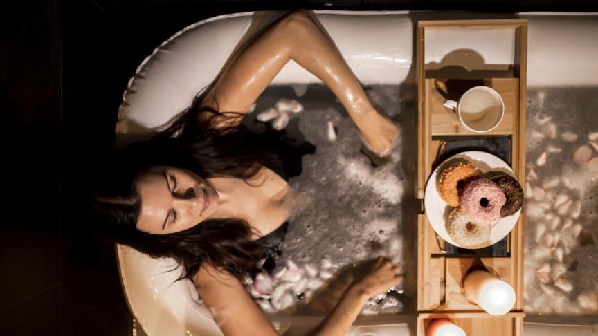 Badkarshyllan läggs tvärs över badet och vilar på badkarskanterna.