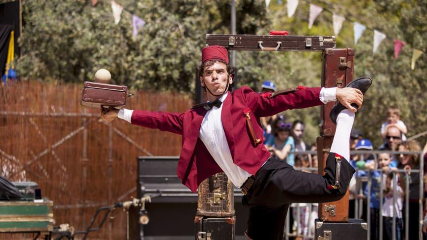 Italienske Luigi Ciotta i piccolo-kostume underholder med kuffertklovneri
