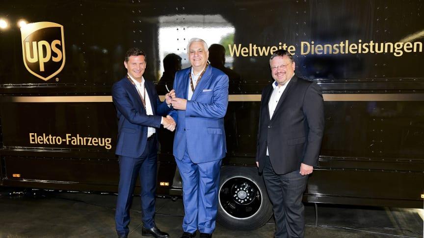 Schlüsselübergabe in Köln: Markus Schell (BPW), Frank Sportolari (UPS), Andreas Rimkus (MdB, Sprecher des Parlamentskreises Elektromobilität). Foto: UPS / Olaf-Wull Nickel