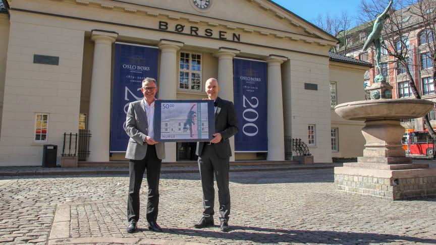 Frimerkedirektør Halvor Fasting (til venstre) og Per Eikrem, som er  direktør for kommunikasjon, marked og stab i Oslo Børs, viser fram frimerket som gis ut for å markere børsens 200 år. Foto: Morten Isebakke Lyse
