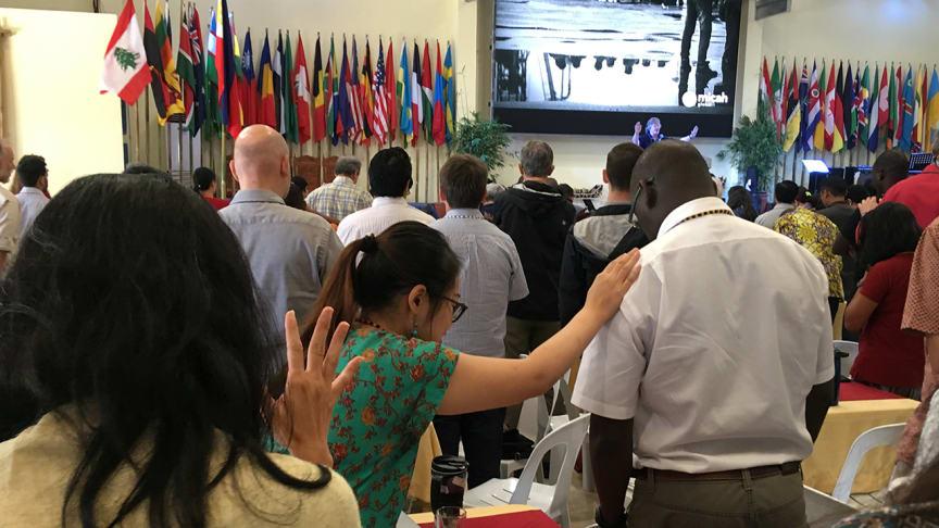 Bön under den globala missionsrörelsen Micahs möte i Filippinerna 2018 där Svenska missionsrådet deltog.