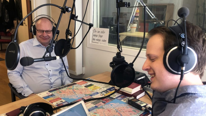 Programledaren Sebastian Bourghardt t.h. intervjuar kommunalrådet Jonas Sundström (s) om kommunens miljö- och hållbarhetsarbete