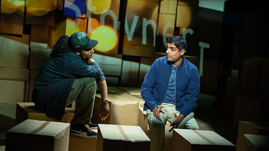 Gaute Adela Aastorp Cudjoe spelar Jamal og Manish Sharma spelar Mo i dramatiseringa av Zeshan Shakars Tante Ulrikkes vei på Rommen Scene. Foto: Siren Høyland Sæter.